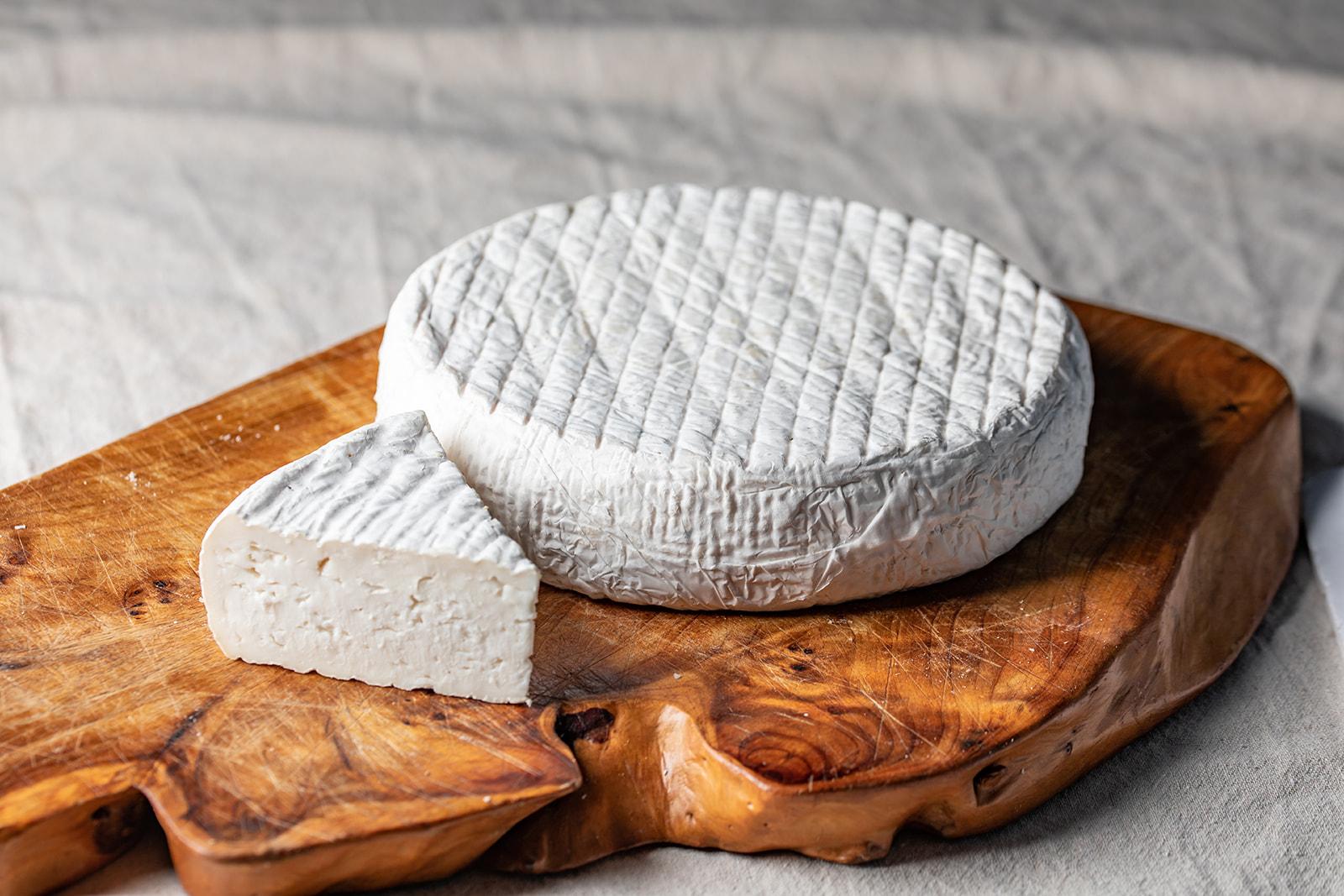גבינה בסגנון ברי מחלב עיזים
