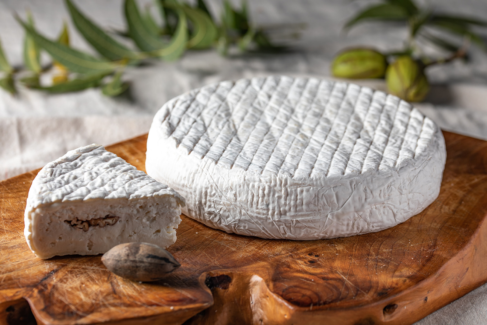 חריץ עדי פקאן - גבינת עיזים בסגנון ברי בתוספת אגוזי פקאן