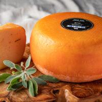גבינת חרות בסגנון גאודה בתוספת מרווה מחלב כבשים