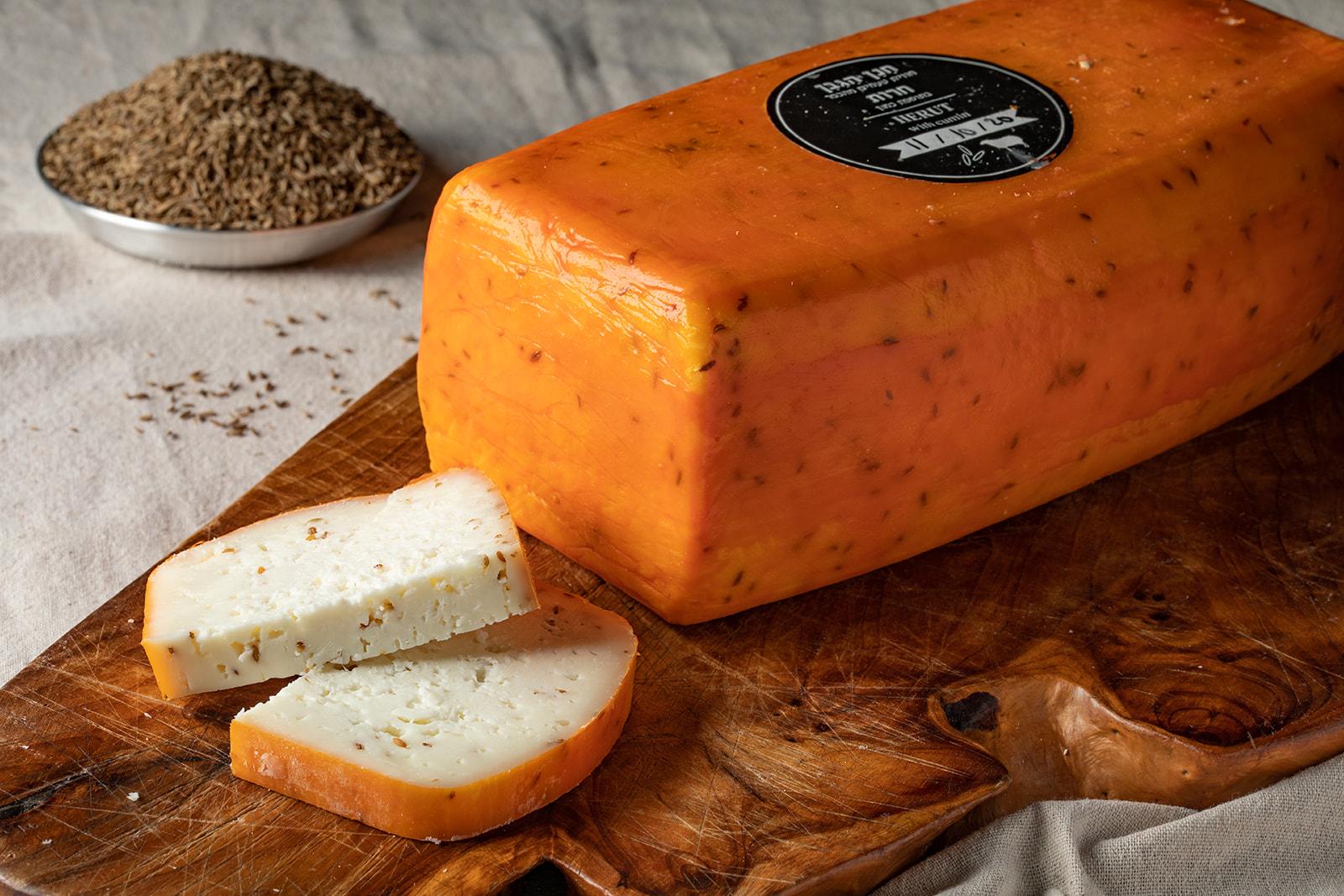 גבינת חרות כמון בסגנון גאודה מחלב כבשים