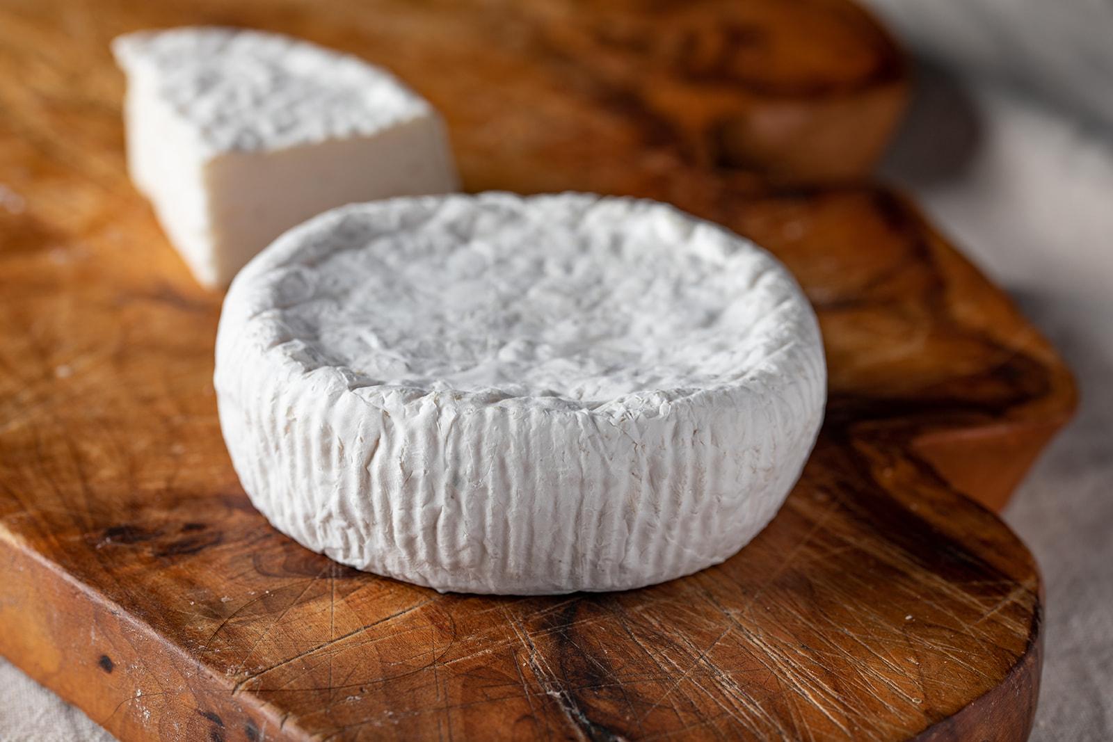 חריץ גבינה בסגנון קממבר מחלב עיזים