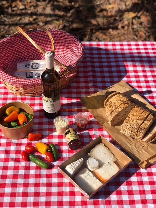 סל פיקניק בתוספת יין לבן הרי גליל זוגי כפרי פתוח