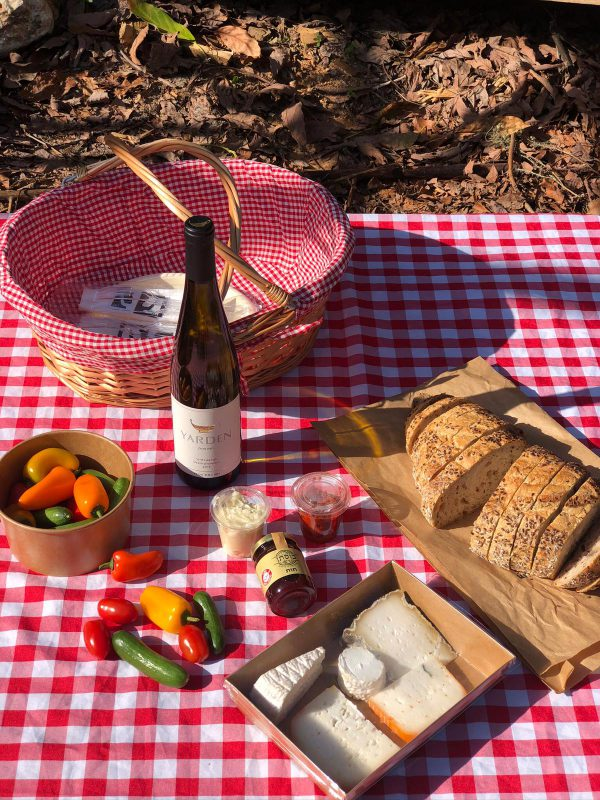 סל פיקניק בתוספת יין גוורץ ירדן זוגי כפרי פתוח