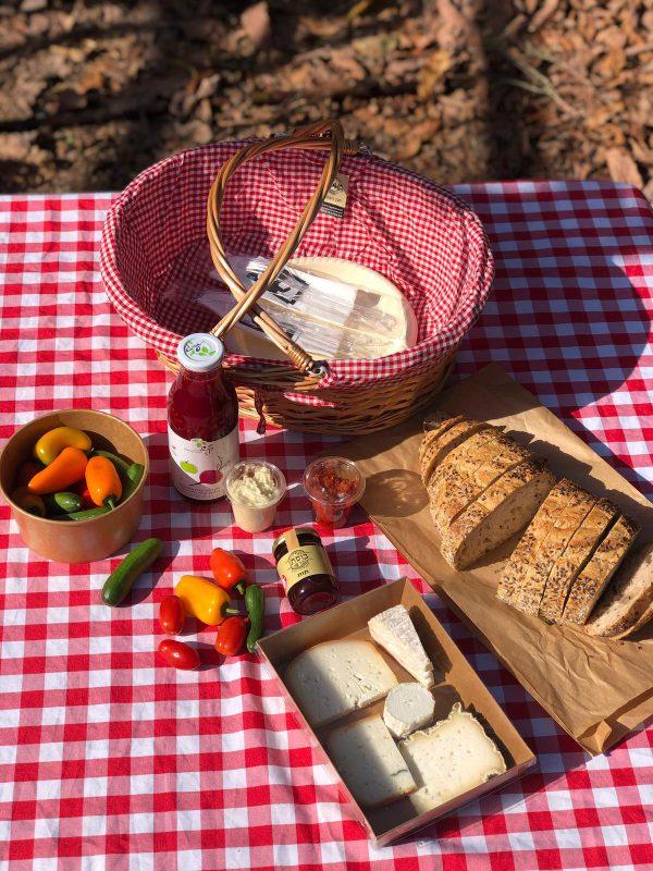 סל פיקניק בתוספת מיץ טבעי של קשת זוגיי כפרי פתוח