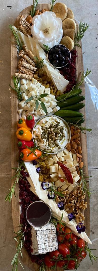 מגש גבינות מעוצב אובלי קעור ל-8-10 סועדים בתוספת ירקות גינה
