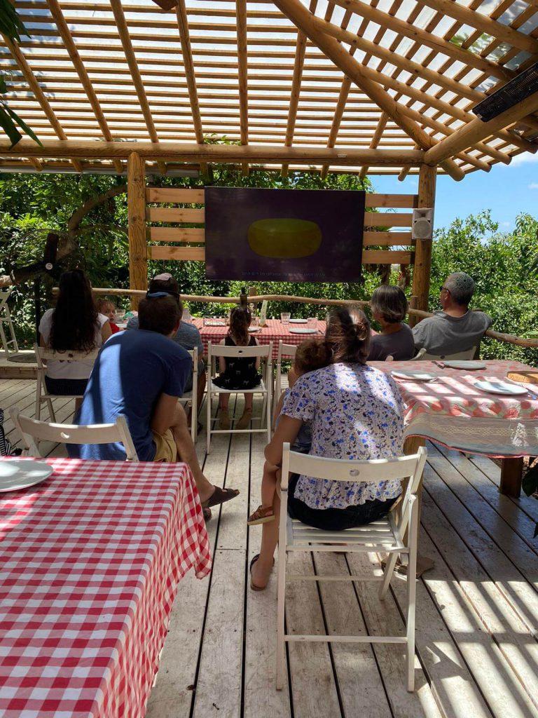 כל המשפחה צופה בסרט במרכז המבקרים